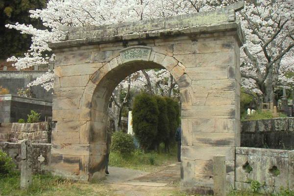 円応寺のアーチ型石門
